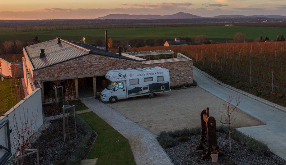 affiche wine explorers truck copyright ludovic pollet hongrie video cadreur ©ludovic pollet chef opv cameraman opérateur de prise de vue